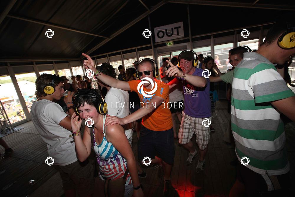 SCHIJNDEL - Bezoekers genieten van de Silent Disco op Paaspop 2011. FOTO LEVIN DEN BOER - PERSFOTO.NU