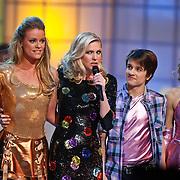 NLD/Hilversum/20110128 - Live show Sterren Dansen op het IJs2011, Inge de Bruin en Ralph Mackenbach luisteren naar het Jury commentaar