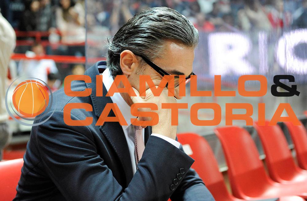 DESCRIZIONE : Varese Lega A 2012-13 Cimberio Varese EA7 Emporio Armani Milano<br /> GIOCATORE : Coach Sergio Scariolo<br /> SQUADRA : EA7 Emporio Armani Milano<br /> EVENTO : Campionato Lega A 2012-2013<br /> GARA :  Cimberio Varese EA7 Emporio Armani Milano<br /> DATA : 14/04/2013<br /> CATEGORIA : Coach Fair Play<br /> SPORT : Pallacanestro<br /> AUTORE : Agenzia Ciamillo-Castoria/A.Giberti<br /> Galleria : Lega Basket A 2012-2013<br /> Fotonotizia : Varese Lega A 2012-13 Cimberio Varese EA7 Emporio Armani Milano<br /> Predefinita :