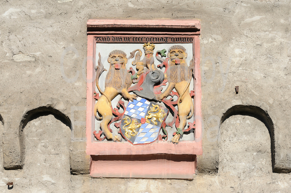Wappen am Kurpfälzisches Amtshaus 1485, Kaub, Oberes Mittelrheintal, Rheinland-Pfalz, Deutschland | arms, Kurpfälzisches Amtshaus 1485, Kaub, Upper Middle Rhine Valley, Rhineland-Palatinate, Germany