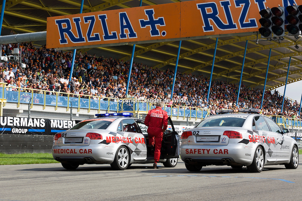 Rizla Racing days op het TT circuit in Assen 2008.Doctor op circuit stapt in medical car.