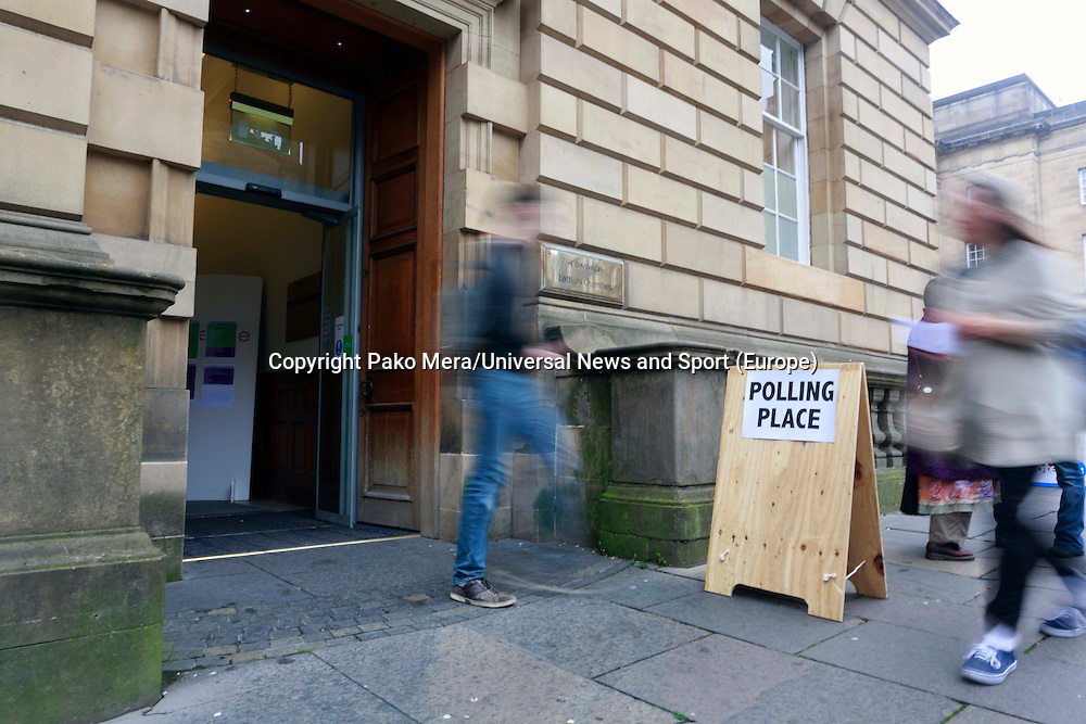 Poling Vote in High Street.<br /> Members of different political ideal gather in the scottish parliament due what Today 18th September is the Scottish Referendum. Pako Mera/Universal News And Sport (Europe) 18/09/2014