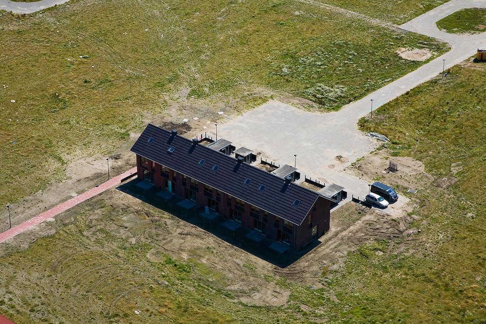 Nederland, Noord-Holland, Heerhugowaard, 14-07-2008; Stad van de Zon (Sun City), geesteskind van Ashok Bhalotra; nieuwbouwwijk op VINEX lokatie, in de Polder Heerhugowaard tussen de dorpskern Heerhugowaard en Alkmaar; milieuvriendelijke wijk, energiezuinige huizen die bovendien uitgerust zijn met zonne-energie panelen, CO2-emissie neutrale wijk; in aanbouw is plandeel 4; zonnepanelen, zonne-energie panelen, zonnepaneel, paneel; huis, eengezinswoning, huisje-boompje-beestje, blok rijtjeshuis.Sun City, new housing estate in Northwest of the Netherlands, energy neutral - environmetal friendly houses, equiped with individual solar panels; suncity;  solar energy, solar panel, solar power. .luchtfoto (toeslag); aerial photo (additional fee required); .foto Siebe Swart / photo Siebe Swart