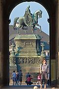 Zwinger mit Sempergalerie, Blick zum König-Johann-Denkmal am Theaterplatz, Dresden, Sachsen, Deutschland.|.Zwinger and Semper gallery, King-John-memorial on Theatre Square, Dresden, Germany