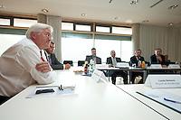 07 AUG 2009, JENA/GERMANY:<br /> Frank-Walter Steinmeier (L), SPD, Bundesaussenminister und Kanzlerkandidat, waehrend einer Gespraechsrunde mit Experten, Besuch des Frauenhofer Instituts fuer LED im Rahmen der Sommerreise<br /> IMAGE: 20090807-01-212<br /> KEYWORDS: Wahlkampf, Bundestagswahl 2009, Auto, Limousine