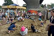 Nederland, Nijmegen, 12-7-2014Recreatie, ontspanning, cultuur en theater op het festival de Kaaij onder de waalbrug in de stad aan de rivier Waal tijdens de zomerfeesten. Zandbak voor de kinderen. Een van de vele feestlocaties in de stad. De vierdaagsefeesten zijn het grootste evenement van Nederland.Foto: Flip Franssen/Hollandse Hoogte