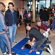 NLD/Rotterdam/20151207 - Reanimatiecursus Feyenoord selectie + bn'ers leren samen reanimeren, Sander Jansons