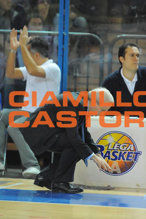 DESCRIZIONE : Cremona Lega A 2010-11 Vanoli Braga Cremona Armani Jeans Milano<br /> GIOCATORE : Dan Peterson<br /> SQUADRA :  Armani Jeans Milano<br /> EVENTO : Campionato Lega A 2010-2011 <br /> GARA : Vanoli Braga Cremona Armani Jeans Milano<br /> DATA : 09/01/2011<br /> CATEGORIA : ritratto delusione curiosita<br /> SPORT : Pallacanestro <br /> AUTORE : Agenzia Ciamillo-Castoria/GiulioCiamillo<br /> Galleria : Lega Basket A 2010-2011 <br /> Fotonotizia : Cremona Lega A 2010-11 Vanoli Braga Cremona Armani Jeans Milano<br /> Predefinita :