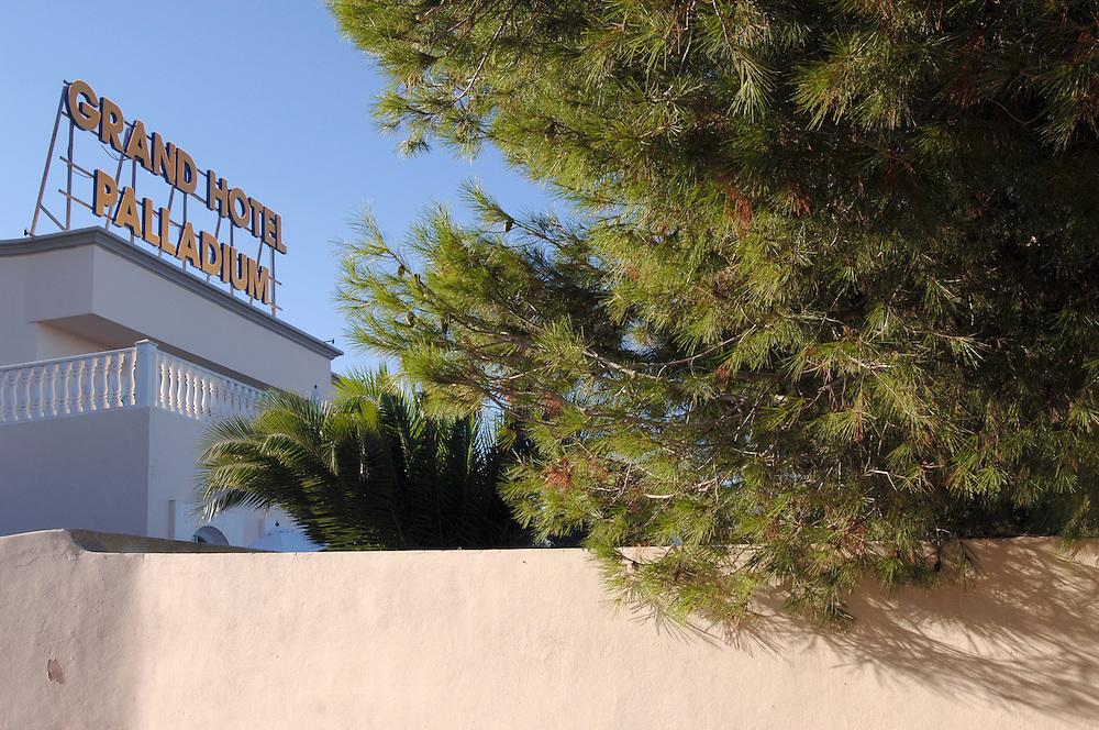 Spanien Ibiza Santa Eulalia Del Rio Herbst Oktober Urlaub Tourismus Grand Hotel Palladium in Siesta Strand Schiffe Faehren nach Ibiza und Formentera Insel Balearen Europa [Farbtechnik sRGB 34.49 MByte vorhanden]  Geography / Travel Europa Spanien Ibiza