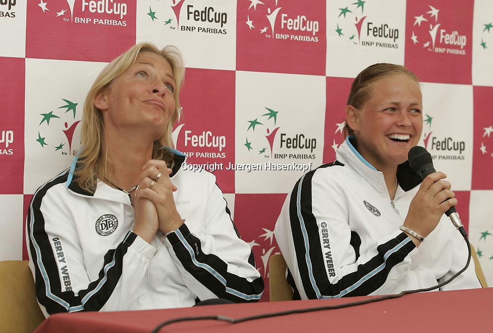 Fed Cup Germany - Croatia , ITF Damen Tennis Turnier in Fuerth, Wettbewerb der Mannschaft von Deutschland gegen Kroatien. Anna-Lena Groenefeld(GER) und Kapitaen Barbara Rittner amuesieren sich waehrend der Pressekonferenz,<br />lachen, Spass, lustig.<br />Foto: Juergen Hasenkopf<br />B a n k v e r b.  S S P K  M u e n ch e n, <br />BLZ. 70150000, Kto. 10-210359,<br />+++ Veroeffentlichung nur gegen Honorar nach MFM,<br />Namensnennung und Belegexemplar. Inhaltsveraendernde Manipulation des Fotos nur nach ausdruecklicher Genehmigung durch den Fotografen.<br />Persoenlichkeitsrechte oder Model Release Vertraege der abgebildeten Personen sind nicht vorhanden.