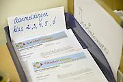 Nederland, Nijmegen, Lent, 23-2-2013Open dag bij de middelbare school de Citadel. Belangstellende kinderen van het basisonderwijs en hun ouders laten zich voorlichten. Met verschillende vakken kan kennisgemaakt worden.Voor 6 maart moeten ouders hun kinderen op een middelbare school opgegeven hebben. Aanmeldingsformulieren liggen ingevuld in een bakje.Foto: Flip Franssen/Hollandse Hoogte