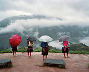 Les rizie?res en terrasses:  Longji Titian (nom que l'on donne a? ce complexe de terrasses) dans la province de Guangxi. Les habitants font partie des Zhuang, la minorite? ethnique de Chine la plus nombreuse..Les terrasses de Longji sont situe?es dans le conte? de Longsheng a? environ 2 heures de Guilin. Les Yao font partie des 55 minorite?s ethniques de?nombre?es en Chine avec plus de 2 millions et demi de repre?sentants, ils sont surtout pre?sents aujourd'hui dans la province du Guangxi ou? l'on peut admirer les magnifiques cultures de riz en terrasse. La pluie qui a dure? trois jours m'a donne? l'occasion de faire de tre?s beaux paysages nuageux avec une lumie?re tre?s douce.  .