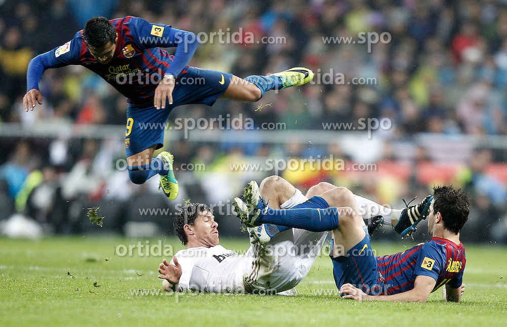 10.12.2011, Santiago Bernabeu Stadion, Madrid, ESP, Primera Division, Real Madrid vs FC Barcelona, 15. Spieltag, im Bild Real Madrid's Xabi Alonso against Barcelona's Alexis Sanchez and Cesc Fabregas // during the football match of spanish 'primera divison' league, 15th round, between Real Madrid and FC Barcelona at Santiago Bernabeu stadium, Madrid, Spain on 2011/12/10. EXPA Pictures © 2011, PhotoCredit: EXPA/ Alterphotos/ Alvaro Hernandez..***** ATTENTION - OUT OF ESP and SUI *****