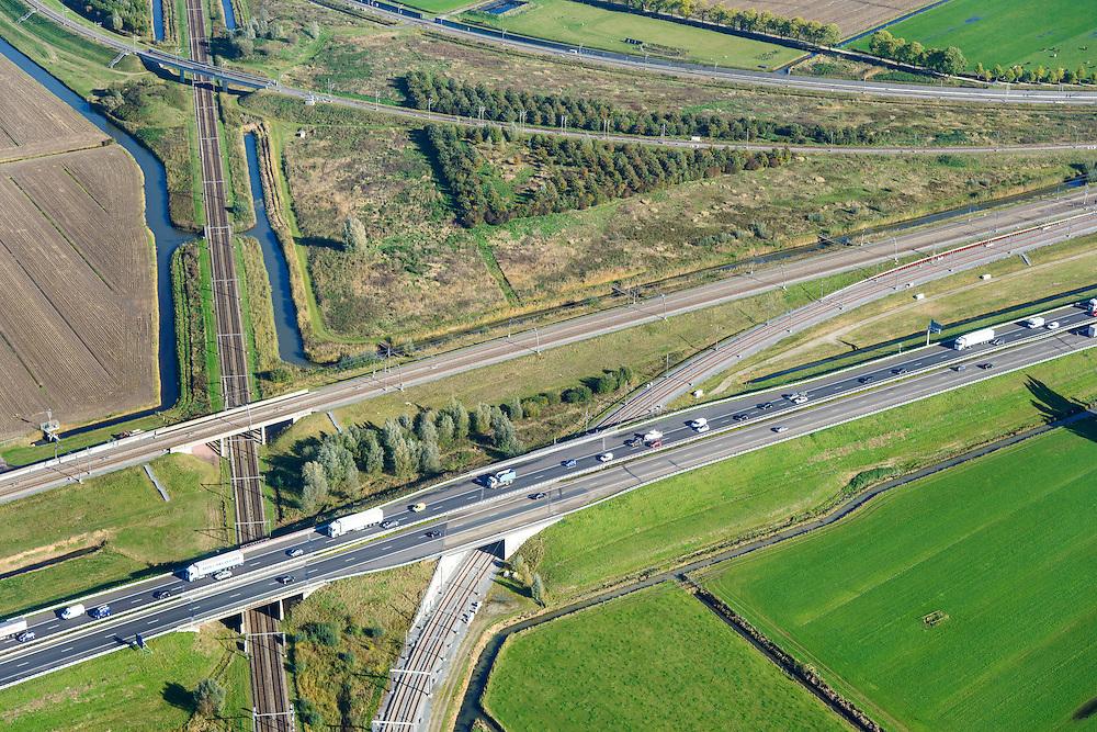 Nederland, Gelderland, Meteren, 24-10-2013; knooppunt Meteren Betuweroute, de goederenspoorlijn loopt parallel aan de A15 (vlnr). De reguliere spoorlijn (Utrecht - Den Bosch) takt aan op de Betuweroute door middel van verbindingsbogen.<br /> Betuweroute junction, the freight railway line runs parallel to the A15 (left to right). The regular railway (Utrecht - Den Bosch) is connected to the Betuweroute through connecting arcs.<br /> luchtfoto (toeslag op standaard tarieven);<br /> aerial photo (additional fee required);<br /> copyright foto/photo Siebe Swart.