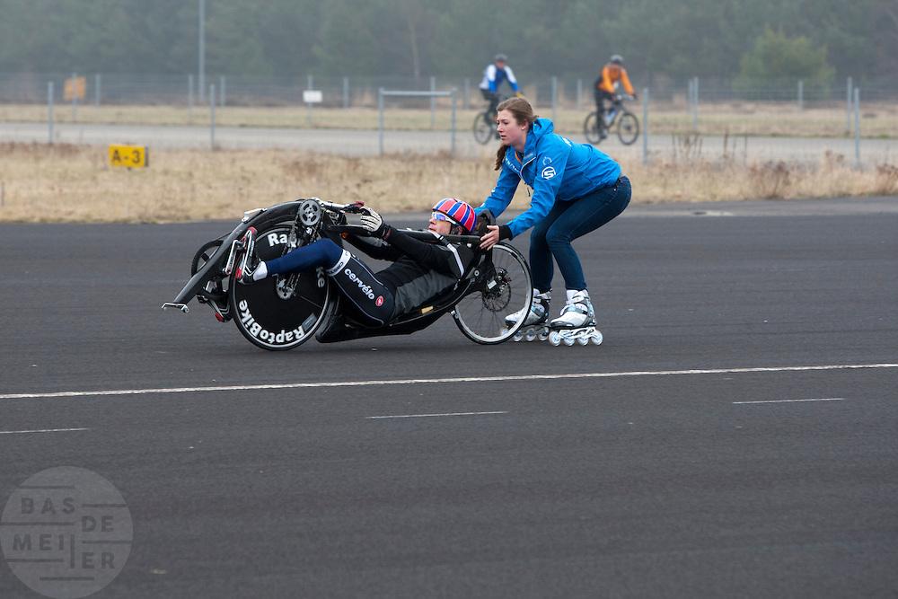 Jan Bos wordt op weg geholpen tijdens de eerste testrit, nog zonder overkapping. Het Human Powered Team Delft (HPT Delft) houden op de voormalige vliegbasis Soesterberg testen om de renners te laten wennen aan het rijden in de Velox. Het team probeert het record Human Powered Vehicles te verbreken.<br /> <br /> Jan Bos is starting the first tests. Human Powered Team Delft (HPT Delft) is testing at the former airport Soesterberg to get the riders familiar with the bike and to train the stop and start.