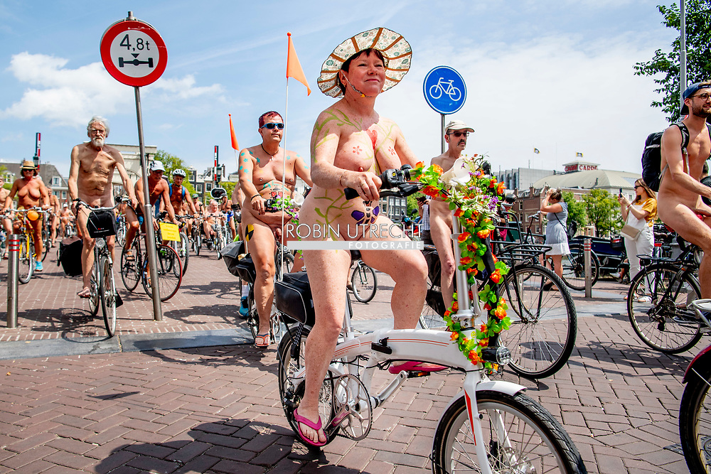 7-7-2018 AMSTERDAM - naked world bikeride 2018 door het centrum van amsterdam naakt fietsen over het museumplein en de margere brug  ROBIN UTRECHT
