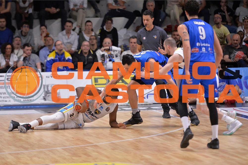 Elston Turner, Christian Burns<br /> Vanoli Cremona - Germani Basket Brescia Leonessa<br /> Lega Basket Serie A 2016/2017<br /> Cremona, 09/04/2017<br /> Foto M.Ceretti / Ciamillo - Castoria