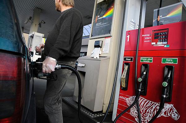 Nederland, Winterswijk, 1-2-2009Man staat bij zijn auto en tankt diesel. Om zijn hand niet vies temaken draagt hij door een plastic handschoen.Foto: Flip Franssen/Hollandse Hoogte