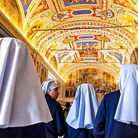 Unas monjas recorren el museo del Vaticano. Roma, Italia. Nuns walking the Vatican museum. Rome, Italy.