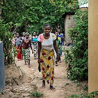 19/04/2014. Quartier de Kango II. Gueckedou. Guin&eacute;e Conakry.  <br /> <br /> Suite &agrave; un appel, une &eacute;quipe de MSF va chez Finda Marie Kamano, 33 ans, elle ressent une grande faiblesse, avec des vomissements et dysenterie. Avec la fi&egrave;vre, et les saignements de nez, ce sont les sympt&ocirc;mes provoqu&eacute;s par le virus Ebola.<br /> <br /> <br /> <br /> Finda d&eacute;cide de rejoindre seule l'ambulance, elle a beaucoup de difficult&eacute;s &agrave; couvrir la trentaine de m&egrave;tres qui la s&eacute;pare du v&eacute;hicule.<br /> <br /> Following a call, an MSF team goes to consult Finda Marie Kamano, 33 years, she feels great weakness with vomiting and dysentery. With fever, and nose bleeds, what the symptoms are caused by the Ebola virus.<br /> <br /> Finda decided to join alone the ambulance, she has many difficulties to cover thirty meters separating it from the vehicle.<br /> <br /> &copy;Sylvain Cherkaoui/Cosmos/MSF