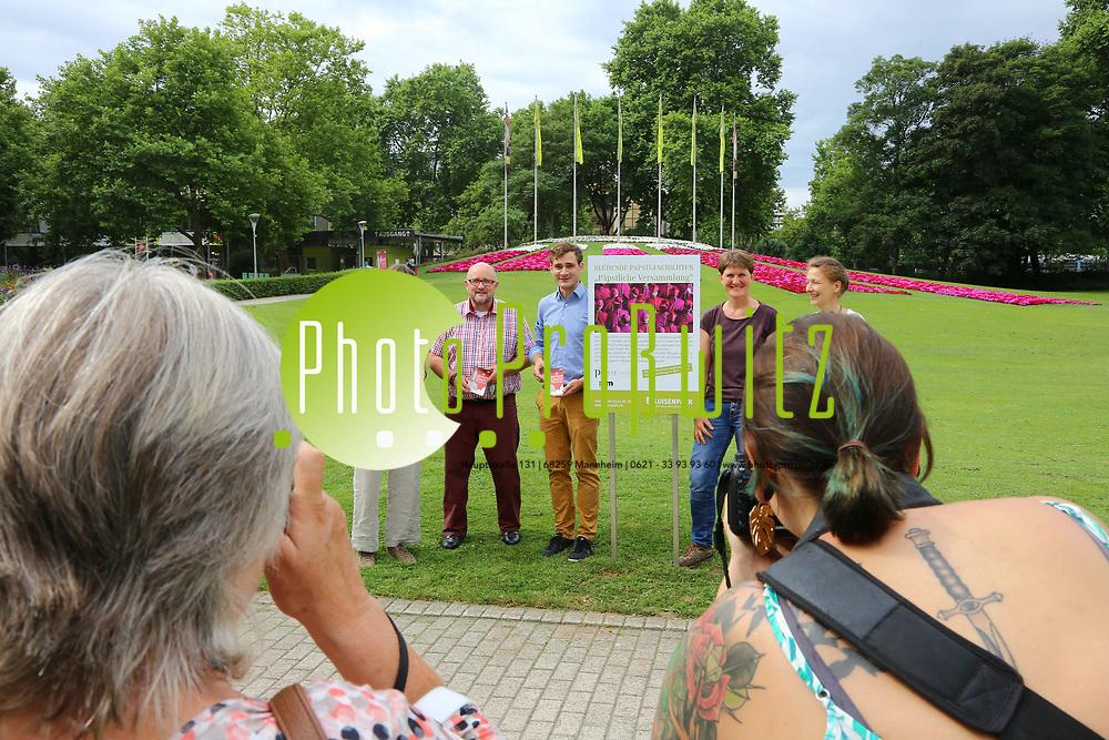 Mannheim. 27.06.17 | Bl&uuml;hende &quot;Papstgeschichten&quot;.<br /> Luisenpark. Bl&uuml;hende &quot;Papstgeschichten&quot;.<br /> Am Fahnenh&uuml;gel am Luisenpark-Haupteingang, wo eine sehr blumige &Uuml;bersetzung der p&auml;pstlichen Versammlung auf Sie wartet: Unsere G&auml;rtner haben sich bei der Beetplanung von den kardinalen, bisch&ouml;flichen und p&auml;pstlichen Farben Rot, Magenta und Wei&szlig; inspirieren lassen!<br /> Eine florale Erg&auml;nzung zur Ausstellung &bdquo;Die P&auml;pste und die Einheit der lateinischen Welt&ldquo;, die derzeit in den Reiss-Engelhorn-Museen gezeigt wird.<br /> <br /> BILD- ID 0495 |<br /> Bild: Markus Prosswitz 27JUN17 / masterpress (Bild ist honorarpflichtig - No Model Release!)