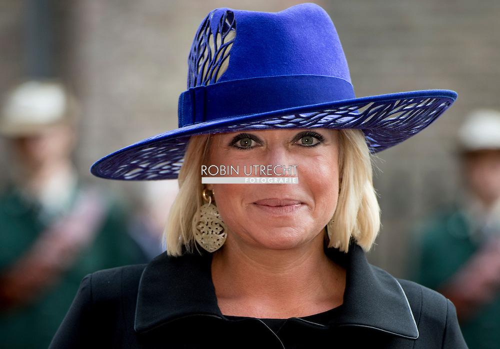 DEN HAAG - Janine Hennis plasschaert  samen met zijn echtgenote bij de Ridderzaal op Prinsjesdag.