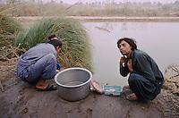 Pakistan - Hijra, les demi-femmes du Pakistan - Lors de la fête du saint soufi Baba Masta Wali Sarkar, une centaine d'Hijra se retrouvent dans des campements. Ils se rendent chaque jour sur la tombe en procession et se donnent en spectacle. // Two hijras are preparing for the dance : washing, shaving, etc.