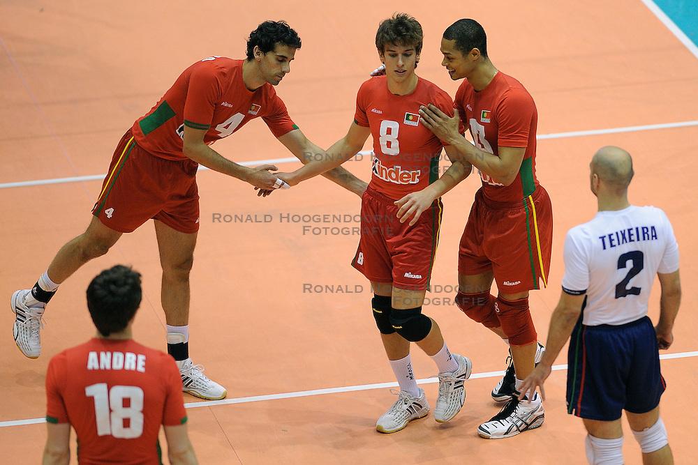 28-05-2010 VOLLEYBAL: EK KWALIFICATIE PORTUGAL - MACEDONIE: ROTTERDAM<br /> Portugal wint met 3-0 van Macedonie en is groepswinnaar geworden / Joao Malveiro, Tiago Violas en Valdir Sequeira<br /> &copy;2010-WWW.FOTOHOOGENDOORN.NL
