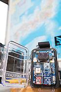 Geigermätare och en karta på Japan på kontoret hos Safe Cast i Tokyo, Japan
