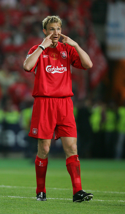 ISTANBUL, TURKEY - WEDNESDAY, MAY 25th, 2005: Liverpool's Sami Hyypia against AC Milan during the UEFA Champions League Final at the Ataturk Olympic Stadium, Istanbul. (Pic by David Rawcliffe/Propaganda)