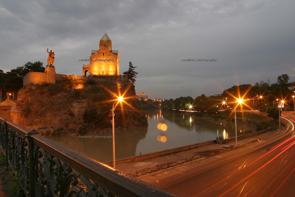 Metechi-Kirche und das Gorgasali-Reiterdenkmal auf einem Felsen über dem Fluss Kura (Mtkwari)  in der georgischen Hauptstadt Tiflis (Tbilisi). ..Metekhi church and Gorgasali Statue at the Kura (Mtkvari) river in Tbilissi, Georgia.