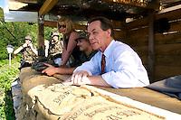 24 AUG 2004, PRIZREN/KOSOVO:<br /> Franz Muentefering, SPD Partei- und Fraktionsvorsitzender, mit einem Bundeswehrsoldaten in einem Unterstand, waehrend der Besichtigung eines Beobachtungspostens auf der Festung Prizren ueber der Stadt Prizren, im Rahmen des Besuchs des Deutschen Einsatzkontingents KFOR<br /> Rechts: Ulrike Merten, MdB, SPD<br /> IMAGE: 20040824-01-065<br /> KEYWORDS: Franz Müntefering, Soldat