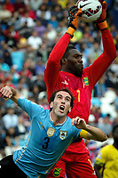 Fotball<br /> Copa America<br /> Jaamica v Uruguay<br /> Foto: imago/Digitalsport<br /> NORWAY ONLY<br /> <br /> ANTOFAGASTA, June 14, 2015 -- Diego Godin (Bottom) of Uruguay vies with Jamaica s goalkeeper Duwayne Kerr during a Group B match at Copa America 2015, in Antofagasta, Chile, on June 13, 2015. Uruguay won 1-0.