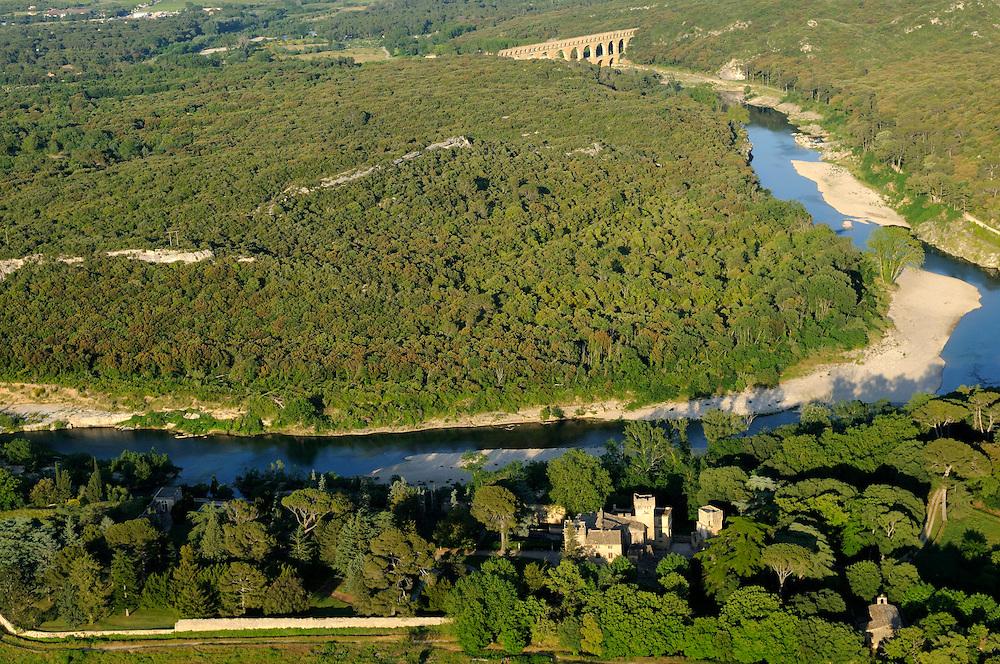 France, Languedoc Roussillon, Gard (30), région Uzès, le Gardon, Château de St. Privat, le Pont du Gard