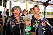 KATWIJK - Op vliegbasis Valkenburg hield Soldaat van Oranje een tweede premiere ter gelegenheid van een nieuwe Cast. Met op de foto Willeke van Ammelrooy en rechts haar dochter Denise Janzee met haar zoon. FOTO LEVIN DEN BOER - PERSFOTO.NU