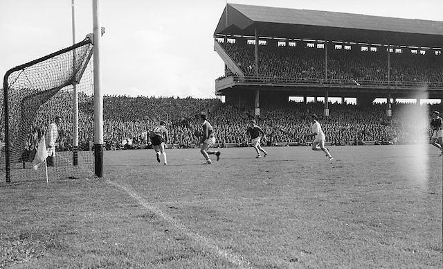 Cork players run towards goal during the All Ireland Minor Gaelic Football Final Sligo v. Cork in Croke Park on the 22nd September 1968. Cork 3-5, Sligo 1-10.