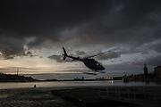 Helikopter lyfter från helikopterplattan i Gamla Stan