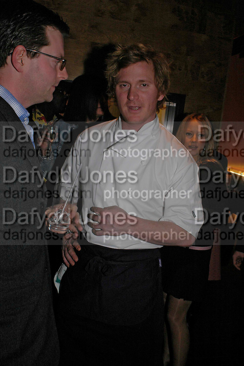 Ian Pengelley. Pengelley's opening. 164 Sloane St. London SW1. 22 February 2005. . ONE TIME USE ONLY - DO NOT ARCHIVE  © Copyright Photograph by Dafydd Jones 66 Stockwell Park Rd. London SW9 0DA Tel 020 7733 0108 www.dafjones.com