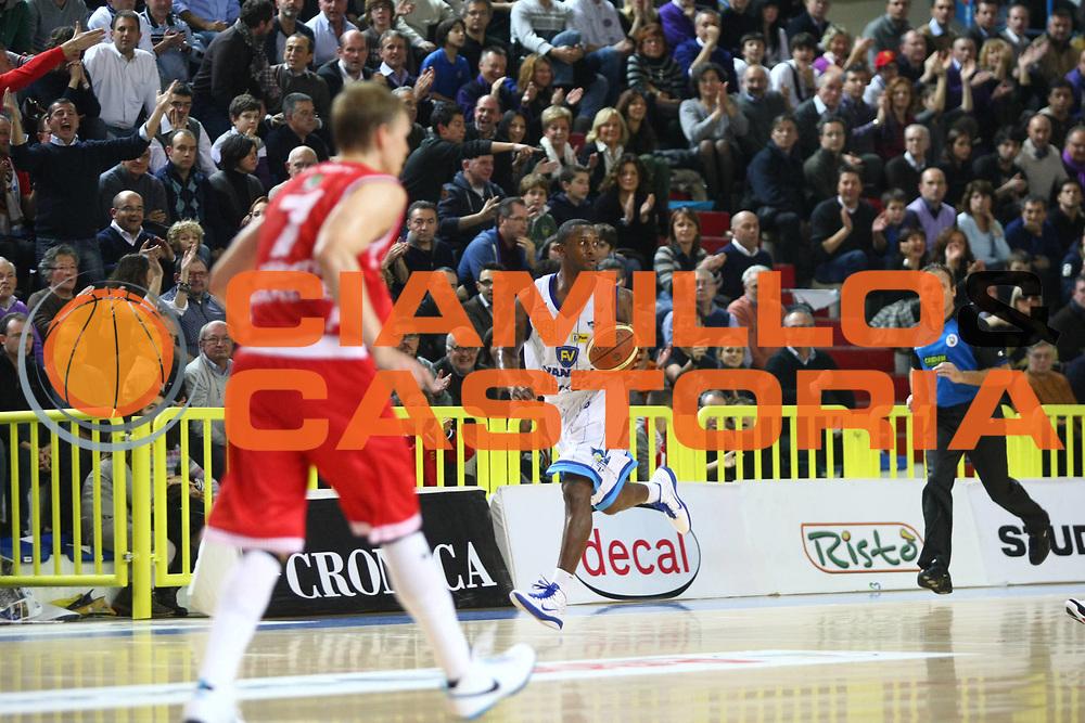 DESCRIZIONE : Cremona Lega A 2010-2011 Vanoli Braga Cremona Cimberio Varese<br />GIOCATORE : Je Kel Foster<br />SQUADRA : Vanoli Braga Cremona<br />EVENTO : Campionato Lega A 2010-2011<br />GARA : Vanoli Braga Cremona Cimberio Varese<br />DATA : 21/11/2010<br />CATEGORIA : Palleggio<br />SPORT : Pallacanestro<br />AUTORE : Agenzia Ciamillo-Castoria/F.Zovadelli<br />GALLERIA : Lega Basket A 2010-2011<br />FOTONOTIZIA : Cremona Campionato Italiano Lega A 2010-11 Vanoli Braga Cremona Cimberio Varese<br />PREDEFINITA :