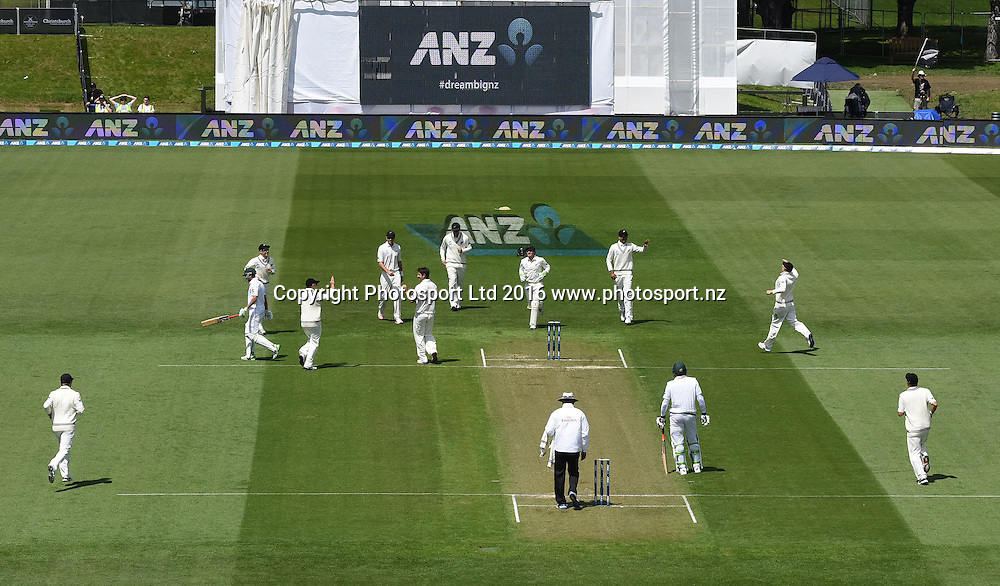 Colin de Grandhomme celebrates with team mates after dismissing Azhar Ali. New Zealand Black Caps v Pakistan. Day 2, 1st test match. Friday 18 November 2016. Hagley Oval, Christchurch, New Zealand. © Copyright photo: Andrew Cornaga / www.photosport.nz