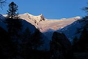 Gschlößtal mit Blick auf das Gletscherfeld vom Großvenediger (3662 m)  Nationalpark Hohe Tauern, Osttirol in Österreich
