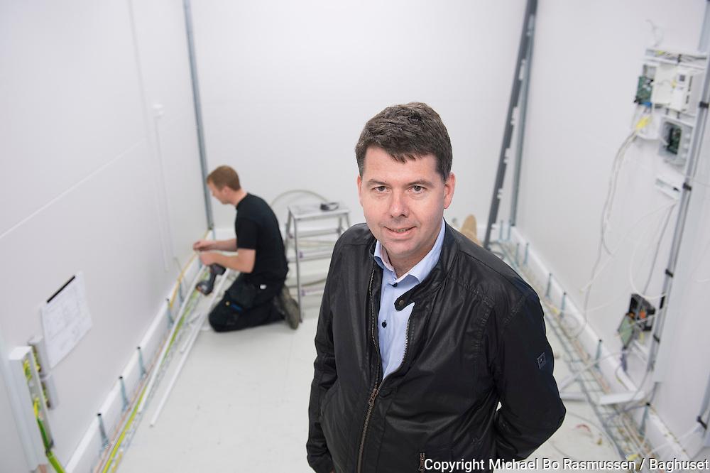 Intego. Lars Schjødt, direktør COO i seriefremstillet teknikrum. Det er Stuart Palmer i baggrunden. Foto: © Michael Bo Rasmussen / Baghuset. Dato: 28.05.14