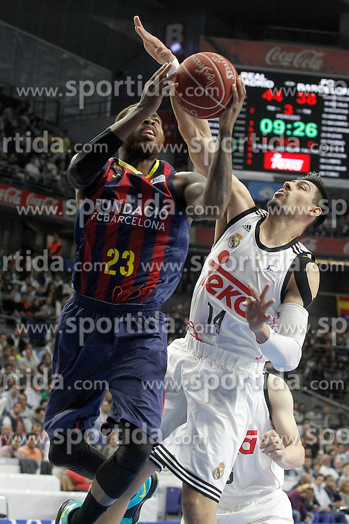 12.04.2015, Palacio de los Deportes, Madrid, ESP, Liga ACB, Real Madrid vs FC Barcelona, im Bild Real Madrid's Gustavo Ayon (r) and FC Barcelona's Deshaun Thomas // during Liga Endesa ACB match between Real Madrid and FC Barcelona at the Palacio de los Deportes in Madrid, Spain on 2015/04/12. EXPA Pictures &copy; 2015, PhotoCredit: EXPA/ Alterphotos/ Acero<br /> <br /> *****ATTENTION - OUT of ESP, SUI*****