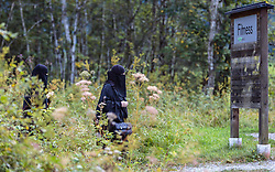 THEMENBILD - weibliche Arabische Touristen in Burka gekleidet. Jedes Jahr besuchen mehrere Tausend Gäste aus dem arabischen Raum die Urlaubsregion im Salzburger Pinzgau, aufgenommen am 01. September 2016 in Kaprun, Österreich // female Arab tourists dressed in burqa. Every year thousands of guests from Arab countries takes their holiday in Zell am See - Kaprun Region, Kaprun, Austria on 2016/09/01. EXPA Pictures © 2016, PhotoCredit: EXPA/ JFK