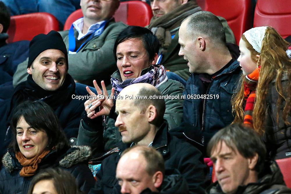 ALKMAAR - 15-02-2014, voetbal, eredivisie, AZ - FC Utrecht, AFAS Stadion, supporter van AZ vraagt zijn vriendin ten huwelijk via de ledboarding.