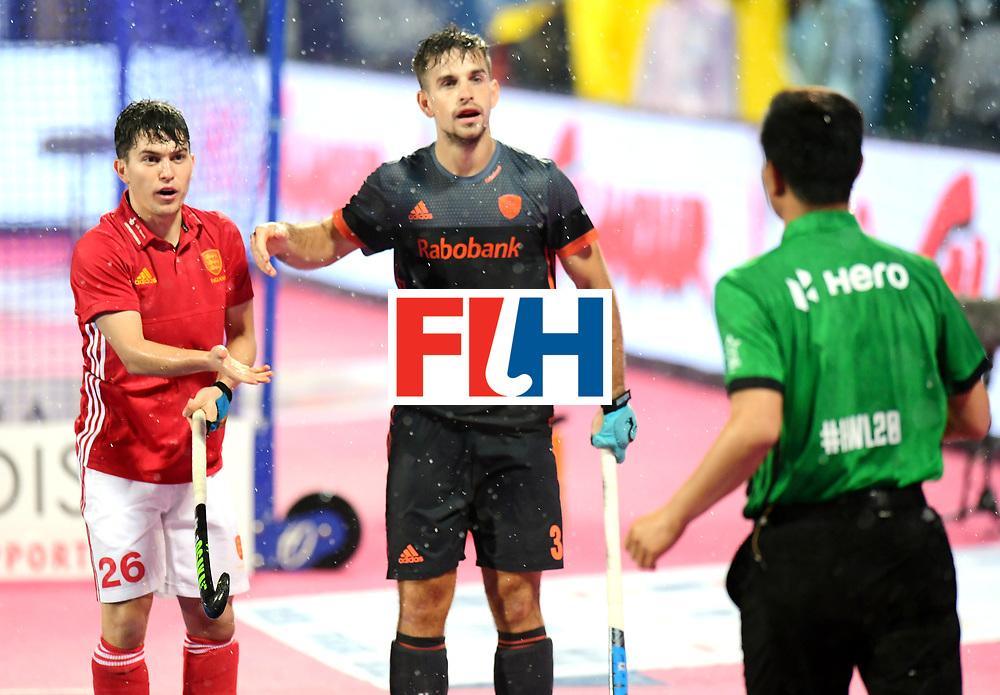 Odisha Men's Hockey World League Final Bhubaneswar 2017<br /> Match id:17<br /> England v Netherlands<br /> Foto: James Gall (Eng) and Tristan Algera (Ned) are talking with Umpire Dekang Chen<br /> COPYRIGHT WORLDSPORTPICS FRANK UIJLENBROEK