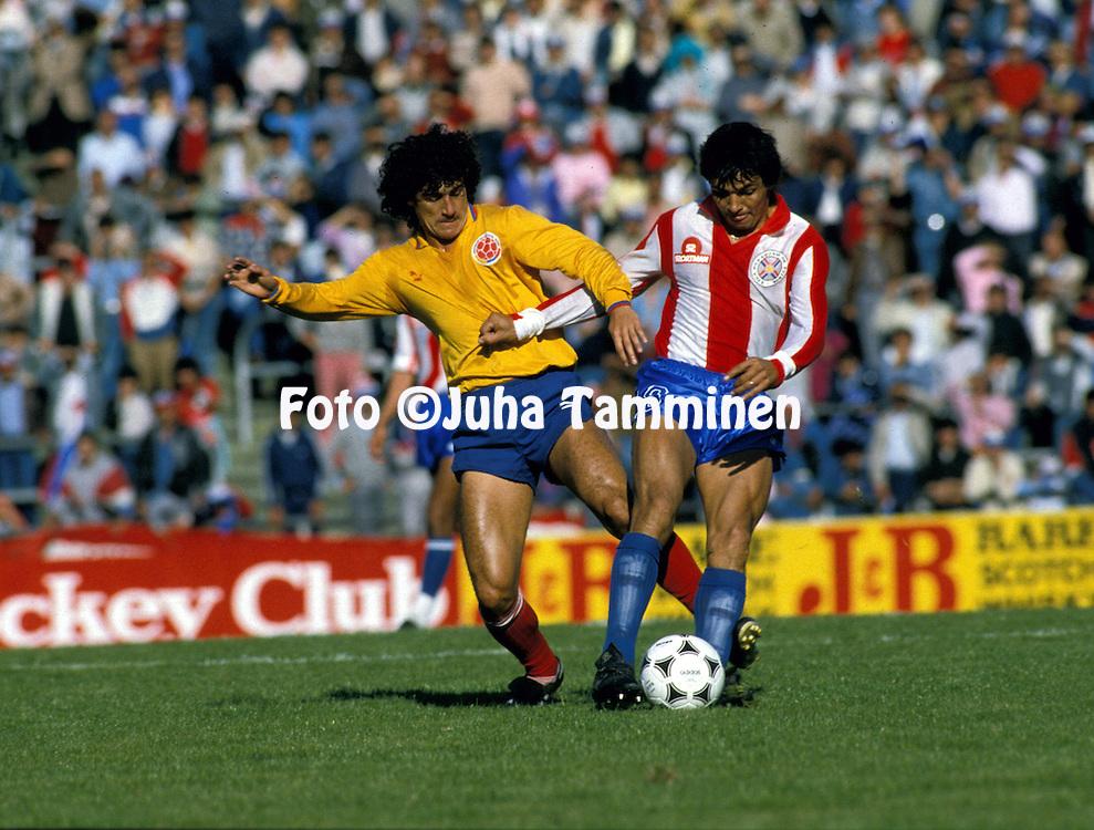 Copa Am?rica - Argentina 1987.Leonel Alvarez (Colombia) v Gustavo Benitez (Paraguay).©Juha Tamminen