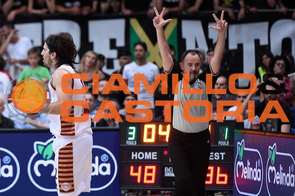 Ariel Filloy, Maurizio Biggi arbitro<br /> Dolomiti Energia Aquila Basket Trento - Umana Reyer Venezia<br /> Lega Basket Serie A 2016/2017<br /> Playoff, finale gara 4<br /> Trento, 16/06/2017<br /> Foto M.Ceretti / Ciamillo-Castoria