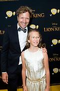 Nederlandse galapremiere van de Disney-klassieker Lion King in Pathe Tuschinski, Amsterdam.<br /> <br /> Op de foto:  Klaas van Kruistum met zijn dochter