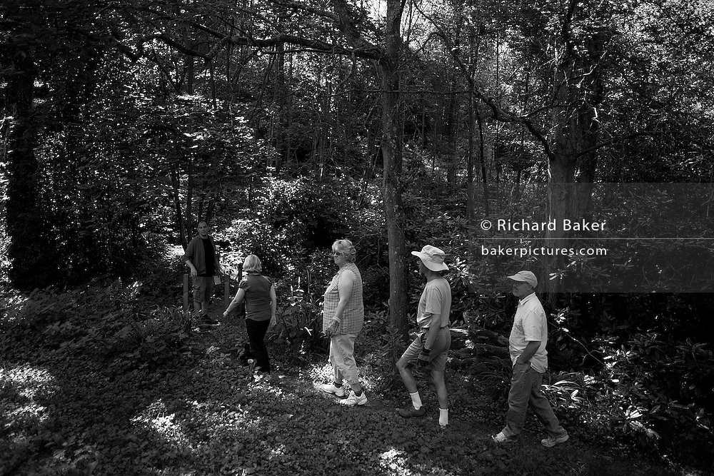 Volunteer Buddhists on working retreat at the Rivendell Buddhist Retreat Centre, East Sussex, England. ..Reproduced for Alain de Botton's 'Religion for Atheists' 2010. .Photograph copyright Richard Baker, London.richard@bakerpictures.com.Tel 0044 207836 287080.